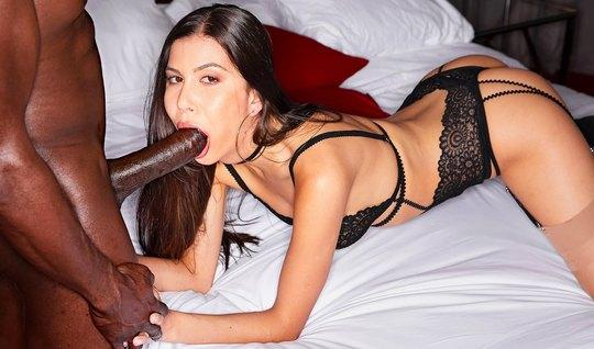 Брюнетка в трусиках занимается сексом с большим членом накаченного негра