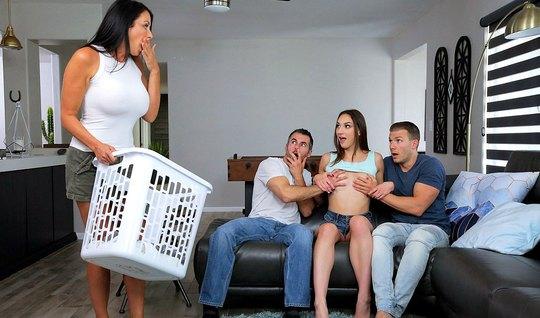 Падчерица соблазнила свою мамку на групповой секс с молодыми парнями