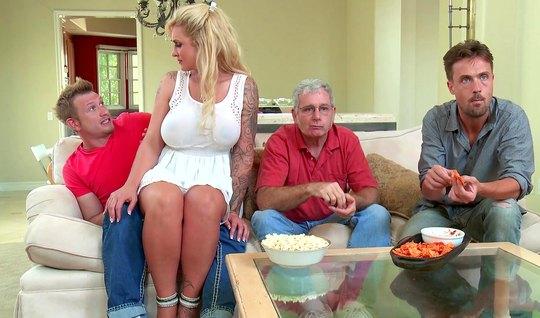Грудастая толстая мамка с тату соблазнила сына друга семьи на секс на кухне