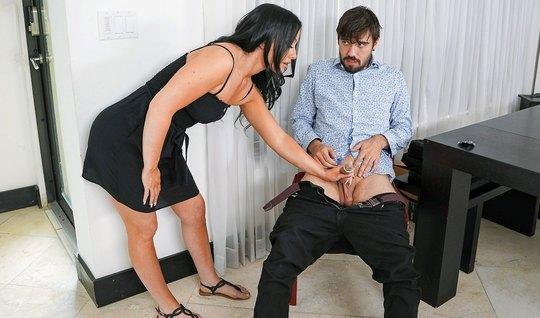 Мамка зашла в комнату пасынка и сделав ему минет захотела горячего секса