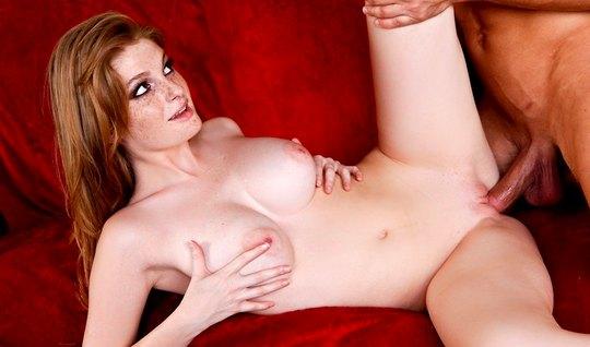 جمال أحمر الشعر مع كبير الثدي الملاعين مع عشيقها في غرفة المعيشة