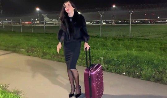 Пикапер в аэропорту снял себе брюнетку и трахнул ее прямо в машине на камеру