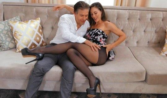 Брюнетка в чулках трахается с мужиком на диване и кончает от вагинальной порки