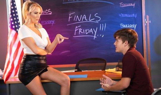 Красотка блондинка после уроков соблазнила студента на секс прямо в аудитории