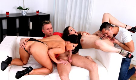 Закадычные подружки занимаются лесбийским и групповым сексом с приятелями