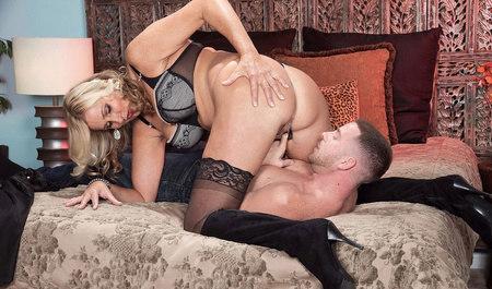 Крепкий парень долбит зрелую даму в манду с переходом на анал