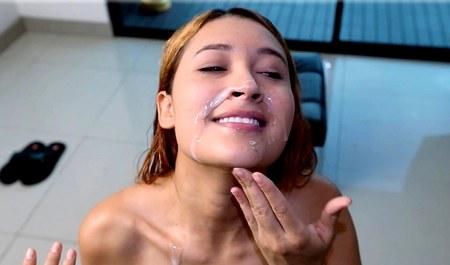 Любовник спускает свежую сперму на лицо соски с торчащими сиськами