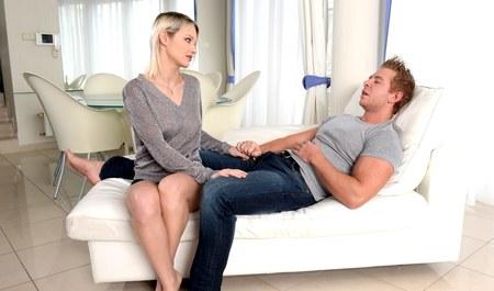 Больной приятель порет блонду раком и кончает в рот