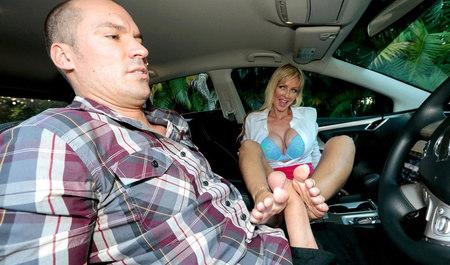 Плешивый курсант совращен инструкторшей по вождению в салоне авто