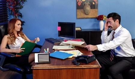 Мужик жестко дерет рыжую биснес-вумен в офисе