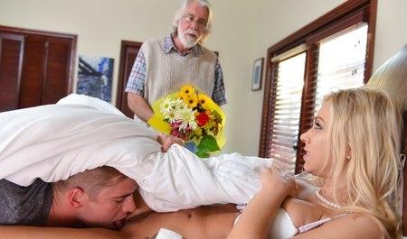 Молодая блондинка изменяет пожилому мужу с посторонним парнем