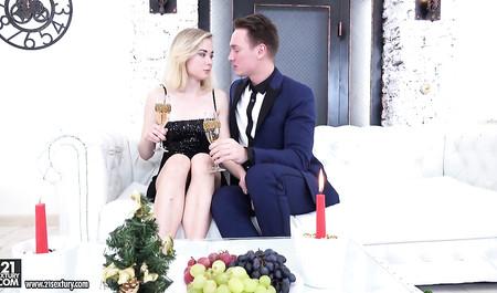 Организовал романтический ужин и отодрал подругу-блондинку в жопу