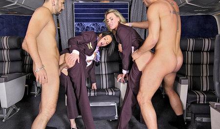 Две горячие стюардессы замутили групповуху с нахальными пассажирами во время полета