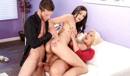 Молодой агент на кастинге легко разводит на групповой секс пышную милфу с подругой