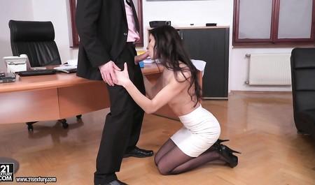 Худая секретарша в черных чулках приняла член во все дырки