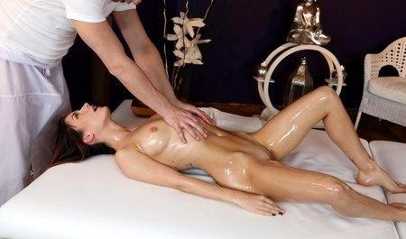 Красивая девушка трахается на сеансе с молодым массажистом