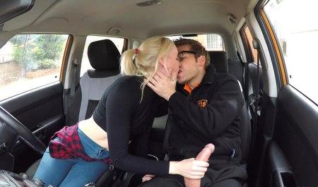 Блондинка сосет член и трахается в машине со скромным парнем