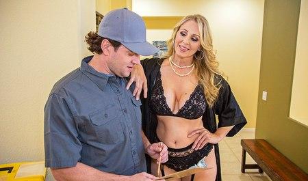 Мужик получает секс с блондинистой милфой с большими сиськами перед работой