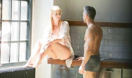 Небритый парень получает удовольствие от секса с любимой блондинкой