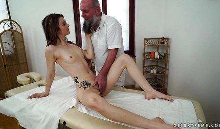 Дедушка массажист не пропускает ни одно молодое тело