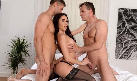 Пара мужчин удовлетворяет девушку двойным проникновением после ссоры