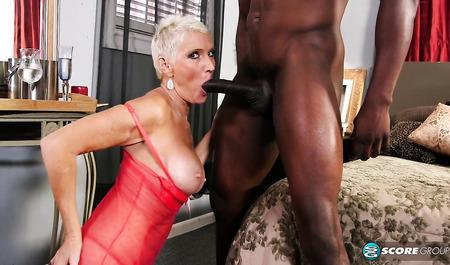 Перезрелая блондинка пьет шампанское после секса с негром