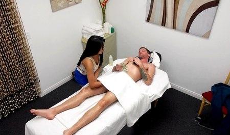 Минет на массаже и секс входит в прейскурант японки массажистки
