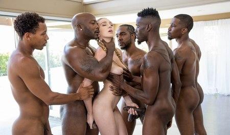 Межрасовая групповуха стройной блонды с черными любовниками по ходу генг-бенг