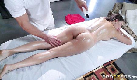 Массажист Джонни дрючит красотку Пету во время сеанса массажа