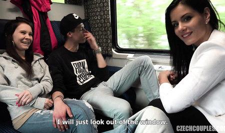 Пара свингеров занимается групповым сексом в поезде
