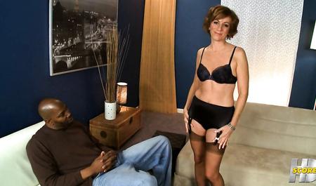 Негр с большим членом трахает замужнюю домохозяйку