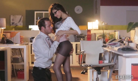 Молодой шеф занимается сексом с очаровательной секретаршей у нее дома