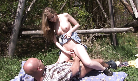 Милашка Abigaile Johnson жестко трахается с местным лесничим