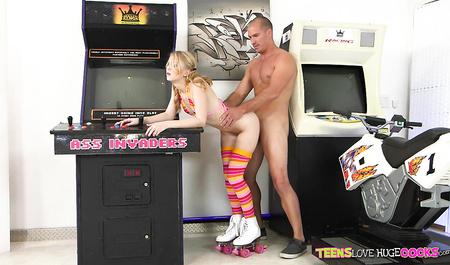 Смотритель игровых автоматов жестко порет молодую девушку