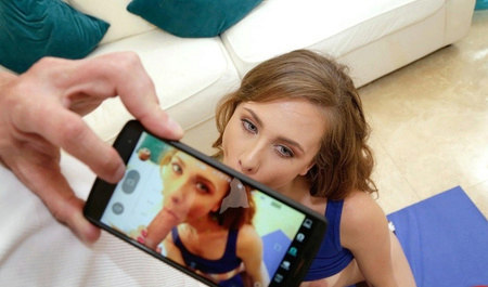 Смазливая телка отсасывает зрелому любовнику под камерой мобильного телефона