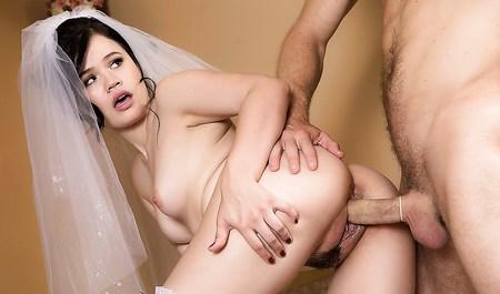 Красивая невеста занимается сексом без обязательств перед свадьбой