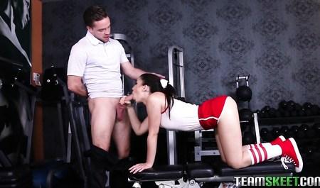 Владелец тренажерки дрючит стройную спортивную брюнетку