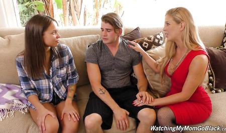 Грудастая милфа со знакомым негром трахает молодую жену парня в групповухе