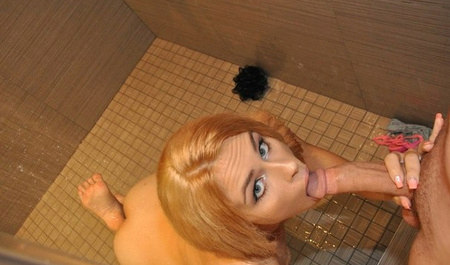 Парень дерет стройную блондинку Лили под душем