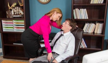 Молодой человек вставляет член женщине по самые яйца в офисе