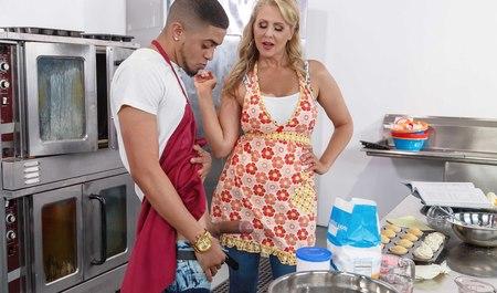 Грудастая матюрка готовит обед с парнем, который трахает ее большим членом