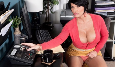Грудастая брюнетка делает минет шефу в офисе