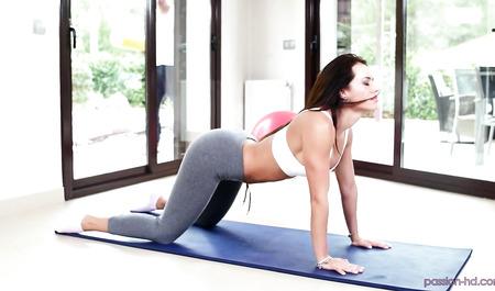 Анальный секс с камшотом на тренировке от симпатичной няшки