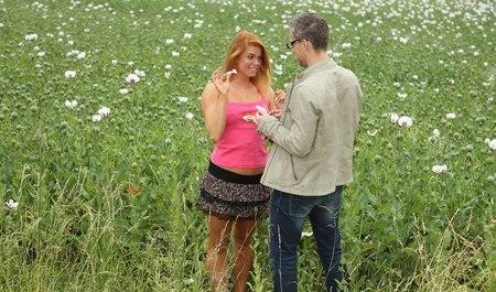 Симпатичная деваха с парнем после макового поля сношается на природе