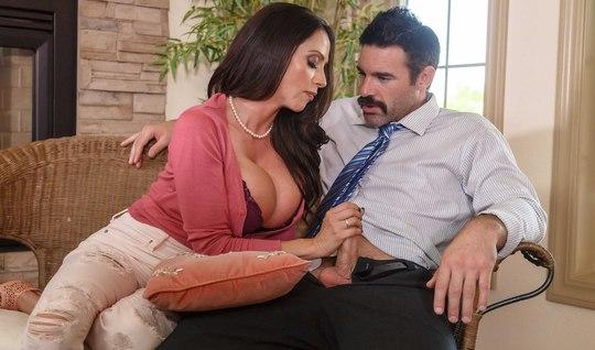 Влюбленная грудастая милфа разводит мужичка на жесткий секс у него дома