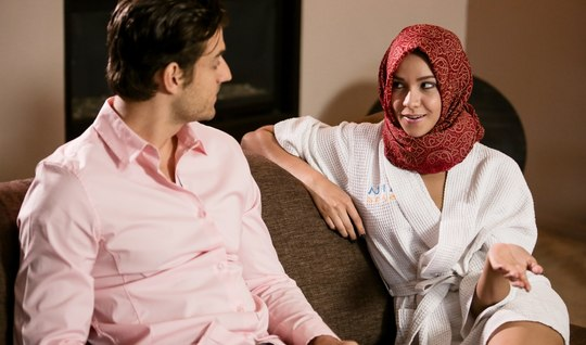 Арабская специалистка по нуру-массажу занимается сексом с клиентом за деньги
