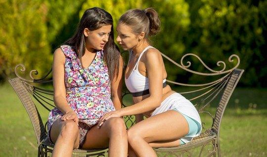 Любовницы занимаются лесбийским сексом на дикой природе