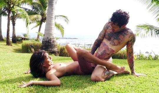Татуированый парень с подружкой трахается на дикой природе на берегу моря