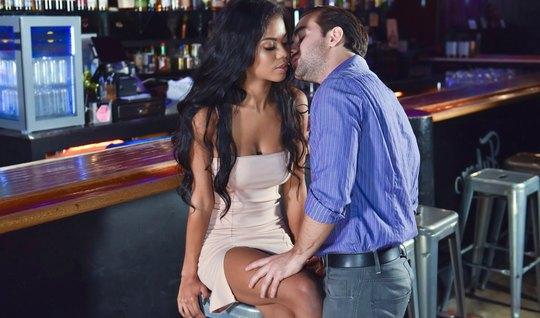 Мужик напоил красивую мулатку в баре и трахнул у стойки