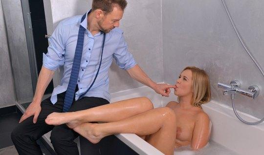 Разрешил девчонке искупаться в ванне и отодрал для приличия большим членом